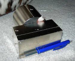Неодијумски магнети малих дименизија имају огромну снагу - сила привлачења ова два амгнета је 500 килограма