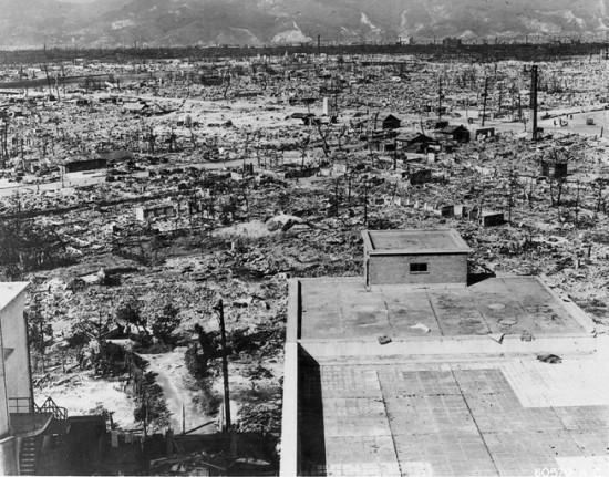 Ефекти атомске бомбе бачене на Хирошиму. Поглед са врха зграде Црвеног крста, једне од ретких грађенива која није срушена до темеља.