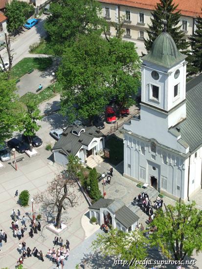 Svatovi ispred Crkve Svetog Đorđa u Užicu