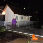 uzice-poplava-bakica-pred-kucom