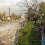 uzice-poplava-voda nosi sve što može